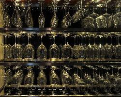 ワインはグラスにより味が変わるため、様々なグラスが揃う。