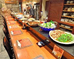 カウンターには常時20種類以上のおばんざいの大鉢が並ぶ。