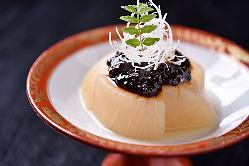 たっぷりの出汁で煮込んだ「ふろふき大根」は肉味噌と好相性。