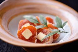 「干し柿冷やしバター」など柔軟な発想で食材を大胆にアレンジ。