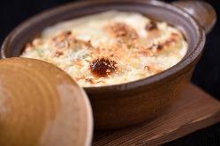 春キャベツの甘みと海老の風味が活かされたグラタンは冬期限定。