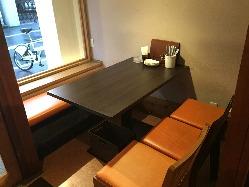 人気の窓側のテーブル席。外の景観も望めます。