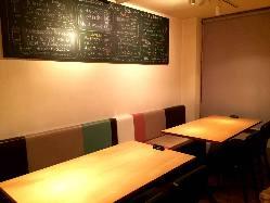 半個室風のテーブル席はご宴会に。
