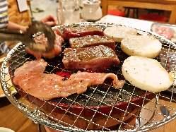 炭火の七輪で焼き上げる肉は絶品です♪