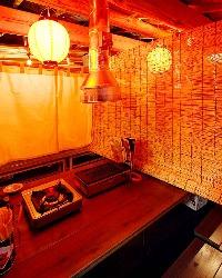 2階 テーブル席 のれん風のカーテンが屋台感を引き立てる!!