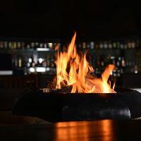 暖炉を囲む、上質な宴会。