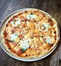 3種のチーズを使った 自家製ピザ。