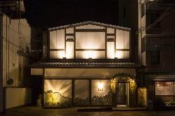 ぱっと目を引く和風モダンな建物。