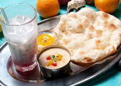 タンドール(インドの釜)で焼き上げたナンはくせになります。