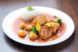 ペルーの家庭料理が味わえるランチは大人気。