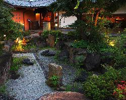 【庭園】 庭を望みながらお食事していただくことも可能。