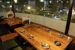 2~6名様用の掘りごたつ席、~10名様用のテーブル席がございます