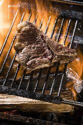 豪快に焼き上げるステーキは圧巻。
