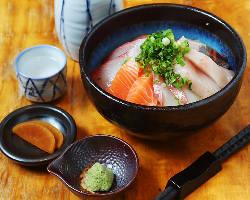 海鮮丼は〆の逸品として地元の常連様に支持されている逸品です!