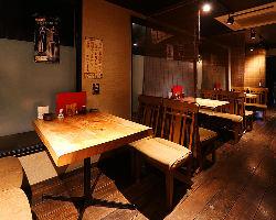 カウンター席や個室席の他のも開放的なテーブル席もございます♪