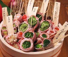 旬野菜を肉で巻いた大振りの串焼きも各種ご用意!