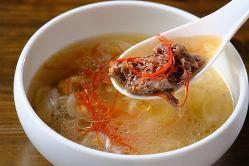 一日かけて煮込んだテールスープは旨味がギュッとつまっています