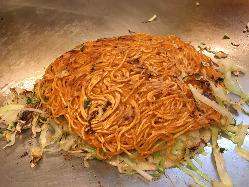 ガッツ焼き(お好み焼き)は辛い麺使用でピリ辛です。