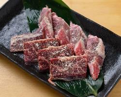 特製塩だれに漬け込んだお肉は黒コショウを付けてどうぞ!