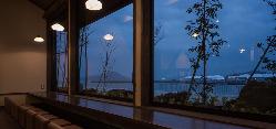 窓からは瀬戸内海が一望できます。