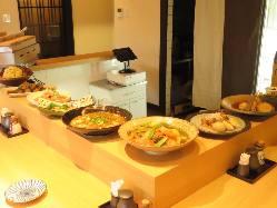 カウンターに並ぶおばんざい料理の数々
